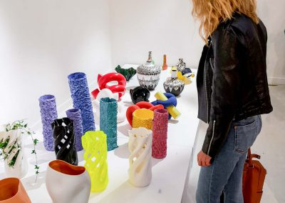Ragazza che guarda Abbracciame by David Bitton & Adriano Alfaro @ 1000 VASES, Paris Design Week 2019